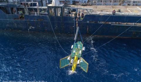 Mise à l'eau d'un AUV (Autonomous Underwater Vehicle) avec LARS (Launch And Recovery System) en Méditerranée. A18D ECA ROBOTICS